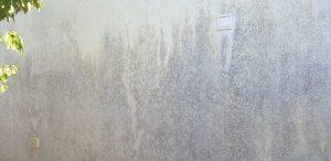 Dreckige Fassade vor der Reinigung